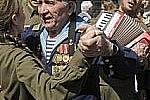 Ветераны Владивостока танцуют вальс в Адмиральском сквере